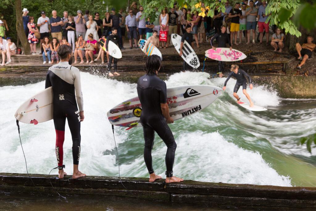 Surfen in München op de eisbachwelle in de Englische garten